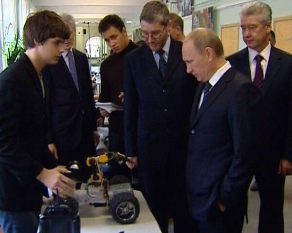 Putin y escolares juegan con cochecitos - Sputnik Mundo