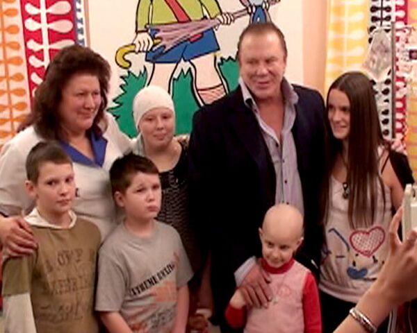 Mickey Rourke entrega regalos a niños enfermos de cáncer en Rusia - Sputnik Mundo