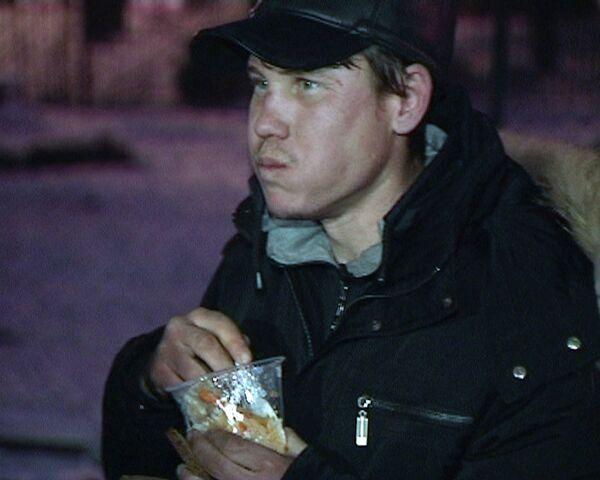 La doctora Liza reparte a decenas de personas sin hogar arroz con  carne y bocadillos - Sputnik Mundo