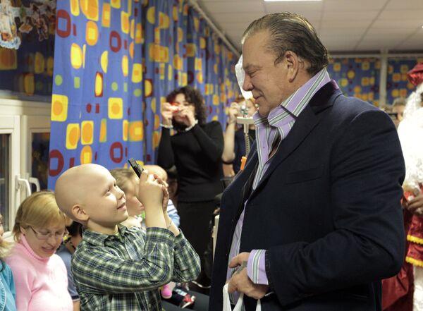 Rourke y Delon visitan a pequeños pacientes de oncología en Rusia - Sputnik Mundo