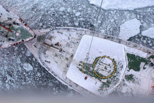 Rompehielos liberan barcos atrapados por hielo en Extremo Oriente ruso - Sputnik Mundo