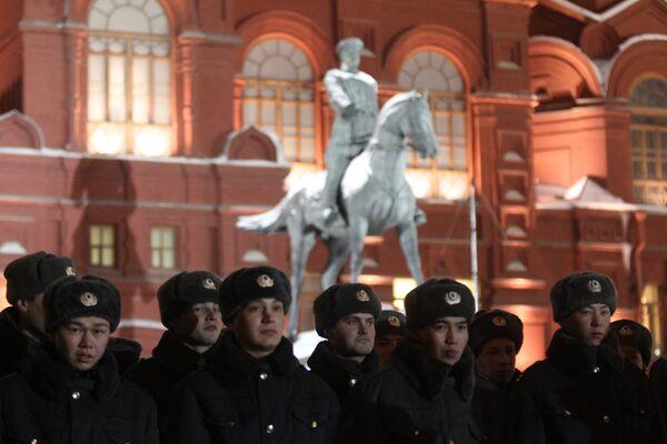 La policía detiene a unas 50 personas en la plaza Manézhnaia de Moscú - Sputnik Mundo