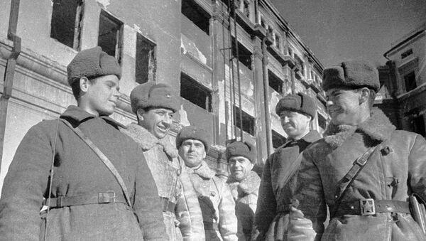 Soldados soviéticos y oficiales que tomaron la sede de Paulus. Batalla de Stalingrado - Sputnik Mundo