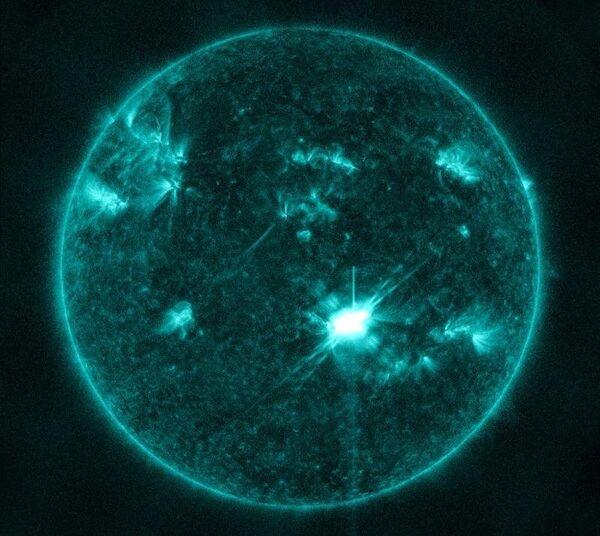 Mayor llamarada solar desde 2006 causará tormenta magnética en la Tierra este viernes - Sputnik Mundo