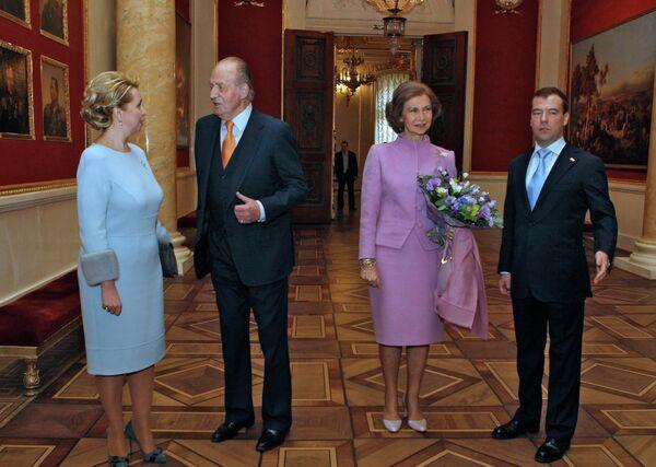 Dmitri y Svetlana Medevédev y la pareja real de España visitan el Hermitage  - Sputnik Mundo