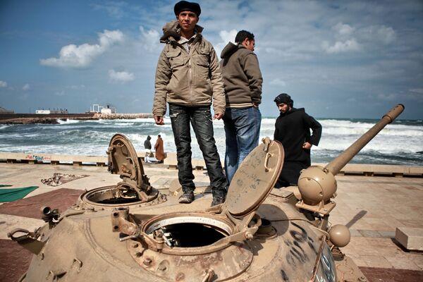 El Bengasi rebelde se alegra de estar libre de Gadafi y llora a los muertos - Sputnik Mundo