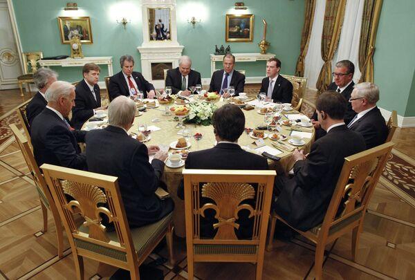 Medvédev propone al vicepresidente estadounidense Joe Biden tratar las propuestas rusas sobre defensa antimisiles - Sputnik Mundo