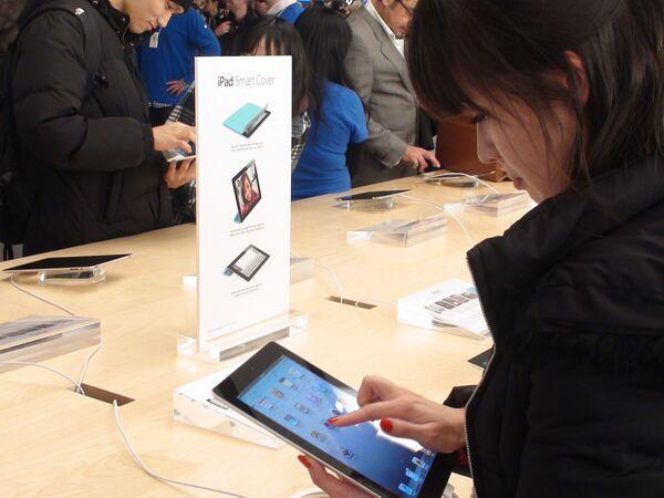 El primero y otros propietarios del iPad 2   - Sputnik Mundo