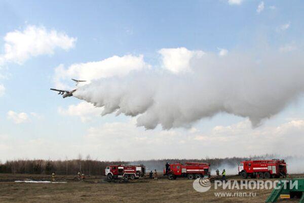 Maniobras de lucha contra incendios forestales en la provincia de Moscú - Sputnik Mundo