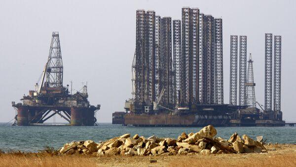 Una plataforma petrolífera en el mar Caspio - Sputnik Mundo