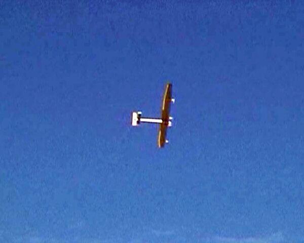 Primer vuelo de exhibición de un avión con baterías solares - Sputnik Mundo