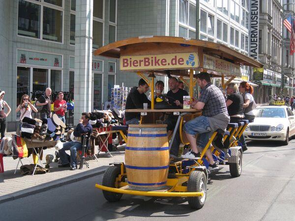 El gobierno alemán planea prohibir biciсletas cerveceras en las ciudades grandes - Sputnik Mundo