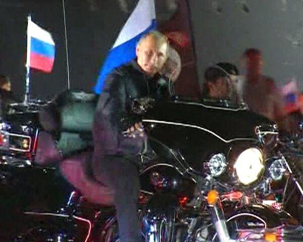 Putin llega a encuentro motero sobre una moto y  bajo himno Lobos Nocturnos - Sputnik Mundo