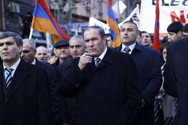 El primer presidente de Armenia, Levón Ter-Petrosián, durante un mitin de oposición, celebrado el pasado marzo de 2011. - Sputnik Mundo