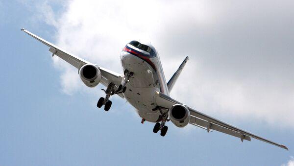 Ministros de Pakistán examinan el Sukhoi Superjet 100 que arribó a KarachiKarachi - Sputnik Mundo