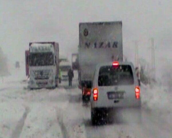 Fuertes nevadas paralizan el tráfico en Turquía  - Sputnik Mundo