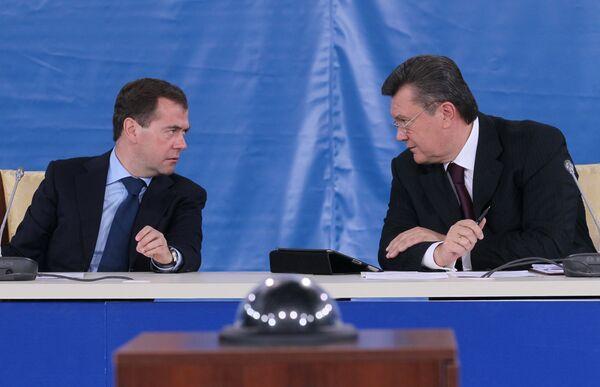 Dmitri Medvédev y Víctor Yanukóvich - Sputnik Mundo