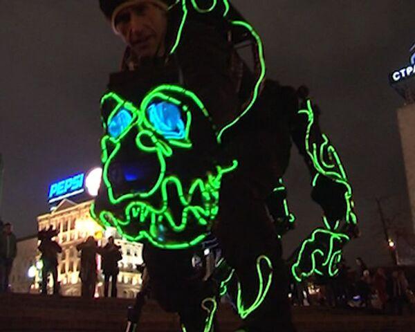 Dinosaurios luminiscentes salen de paseo por Moscú - Sputnik Mundo