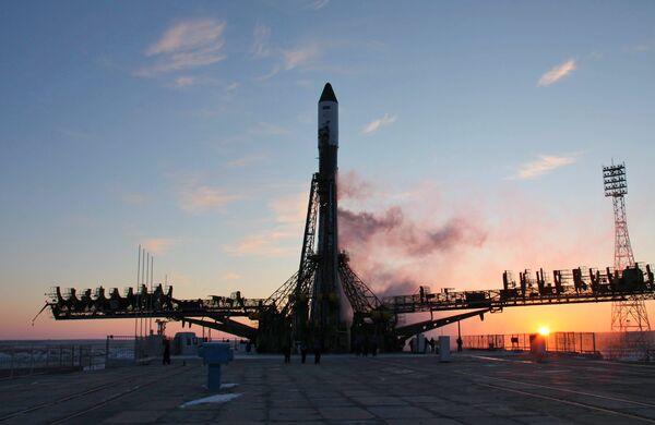 Técnicos de Baikonur colocan en rampa de lanzamiento propulsor Soyuz-U - Sputnik Mundo