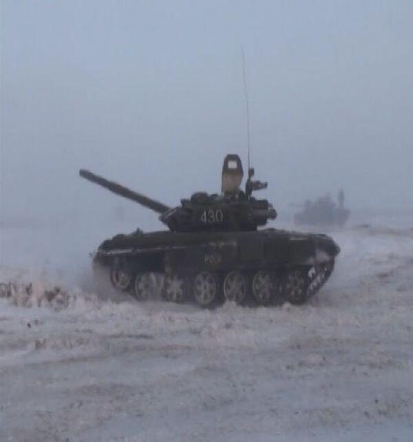 Tanquistas rusos simulan combates en condiciones de visibilidad casi nula - Sputnik Mundo