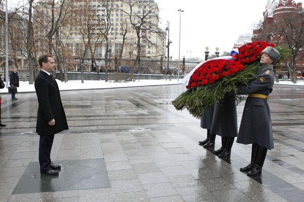 Medvédev deposita ofrenda floral a la Tumba del Soldado Desconocido el Día del Defensor de la Patria - Sputnik Mundo