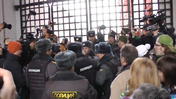 Manifestantes amarran cintas blancas en la Plaza Roja - Sputnik Mundo