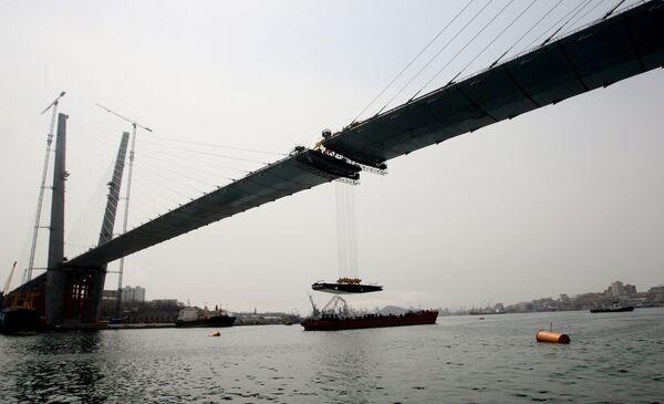 Puente entre la parte continental de la ciudad y la isla Russki en Vladivostok, Rusia - Sputnik Mundo