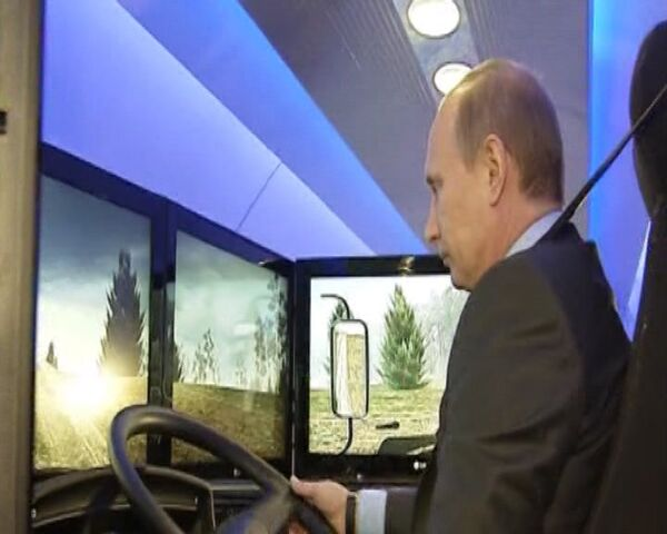 Vladímir Putin ensaya simulador de un camión Kamaz - Sputnik Mundo