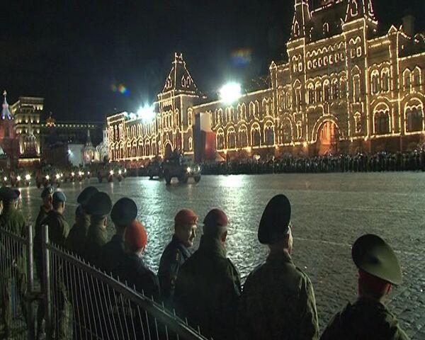 Primer ensayo nocturno de la parada militar del Día de la Victoria en la Plaza Roja - Sputnik Mundo