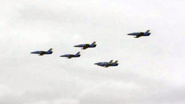 "Grupo de pilotaje kazako ""Sunkar"" ejecuta vuelos de exhibición en KADEX-2012 - Sputnik Mundo"