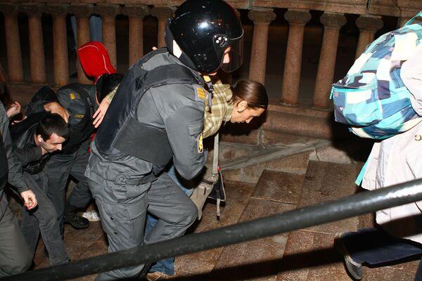Policía desaloja acampada opositora en el centro de Moscú y detiene a 20 personas - Sputnik Mundo