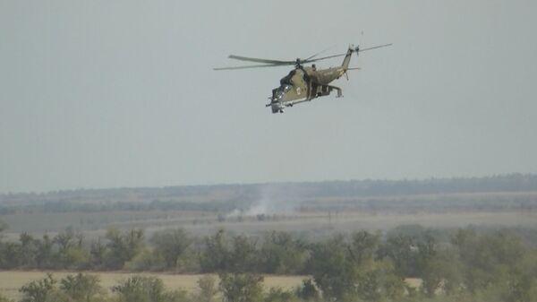 """Caza Su-25 y helicópteros Mi-24 destruyen """"terroristas"""" en maniobras - Sputnik Mundo"""