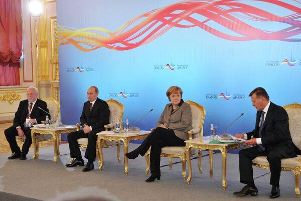 Putin invita a Merkel a asistir al Foro Económico de San Petersburgo en 2013 - Sputnik Mundo