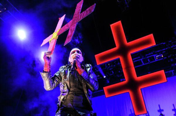 Poco escándalo y muchas cruces: Marilyn Manson en Moscú - Sputnik Mundo