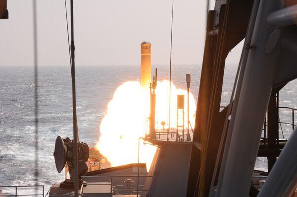 La India prueba con éxito una versión maniobrable del misil de crucero BrahMos. (Archivo) - Sputnik Mundo