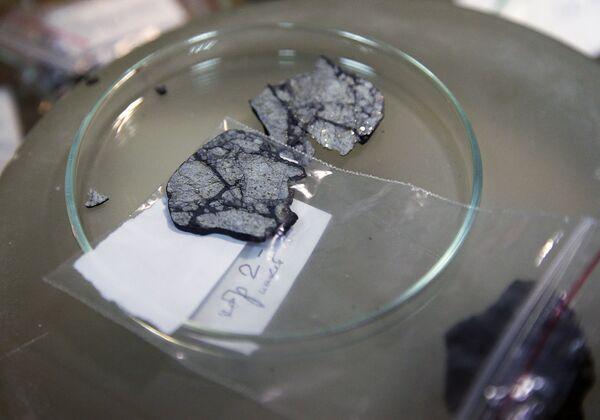 Expertos de un laboratorio de Moscú estudian fragmentos del bólido de Cheliábinsk - Sputnik Mundo
