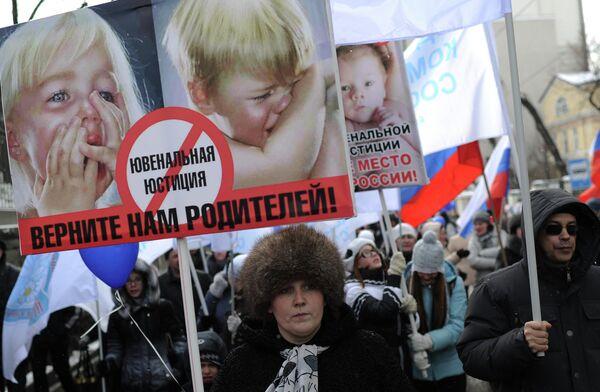 Manifestación en defensa de la infancia en el centro de Moscú - Sputnik Mundo