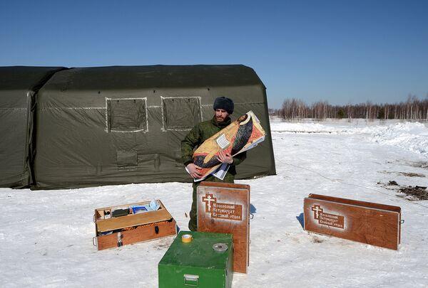 Capellanes castrenses rusos hacen un curso de paracaidismo - Sputnik Mundo