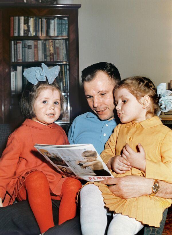Yuri Gagarin y sus seres queridos - Sputnik Mundo