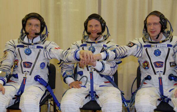 La tripulación de la nave Soyuz TMA-15 (de la izquierda a la derecha): Robert Thirsk, Román Romanenko y Frank De Winne. - Sputnik Mundo