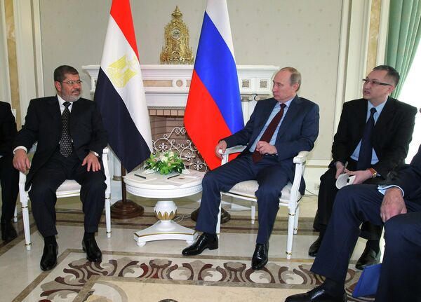 Los presidentes de Rusia y Egipto, Vladímir Putin y Mohamed Mursi, reunidos hoy expresaron la disposición a fortalecer las relaciones de amistad. - Sputnik Mundo