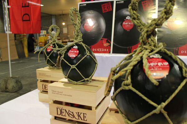 La famosa sandía negra, subastada por 3.000 dólares en Japón - Sputnik Mundo