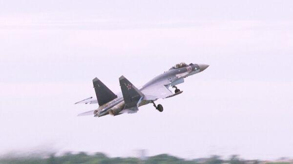 El caza Su-35S ejecuta maniobra de barrena en Le Bourget - Sputnik Mundo
