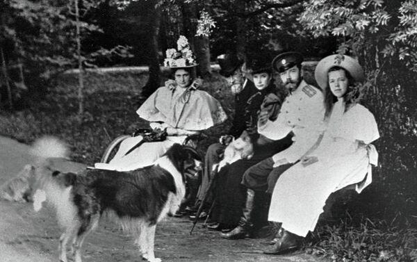 El emperador ruso Nicolás II con su esposa Aleksandra y su hija Olga - Sputnik Mundo