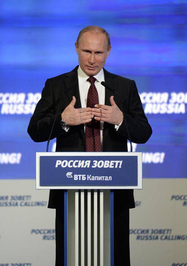 El presidente ruso Vladimir Putin en un foro de investores - Sputnik Mundo