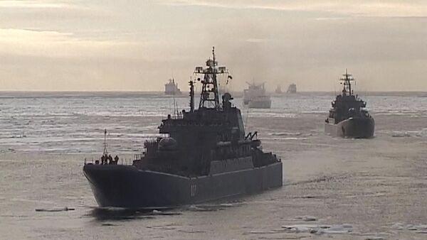 Buques de guerra rusos llegan al Ártico con material para reconstruir aeródromo  - Sputnik Mundo