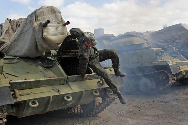 Rusia devolverá a Ucrania equipos militares de Crimea para junio de 2014 - Sputnik Mundo