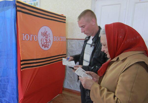 Electorado muestra alta participación en el referendo de autodeterminación en Ucrania - Sputnik Mundo