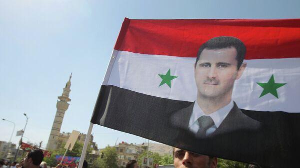 Bandera con imagen de Bashar al-Asad (archivo) - Sputnik Mundo