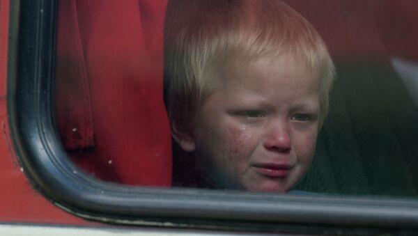 Un niño en el autobus con desplazados de Donetsk - Sputnik Mundo